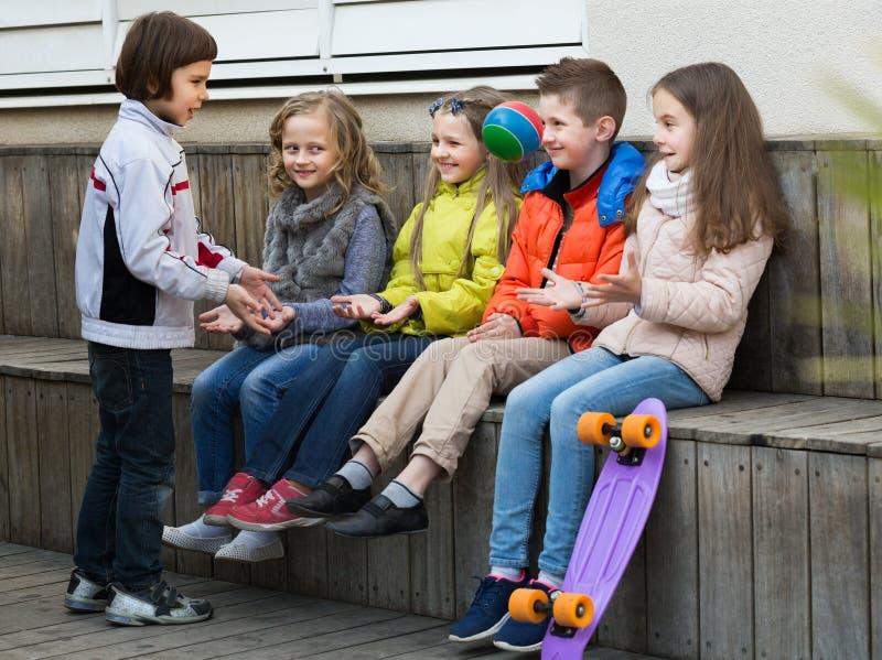 Enfants heureux avec la petite boule jouant dans la rue image libre de droits
