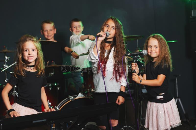 Enfants heureux chantant et jouant la musique photo libre de droits