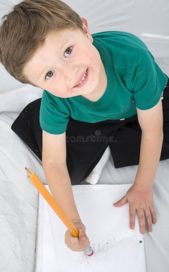 Enfants heureux colorant un livre image stock