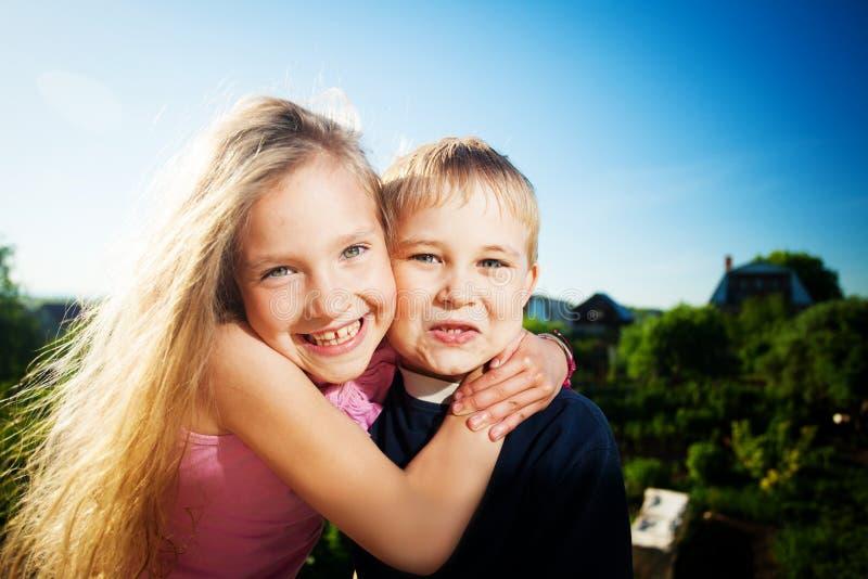 Enfants heureux contre le ciel image libre de droits