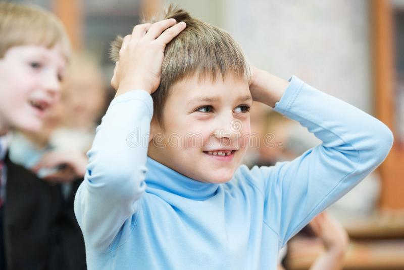 Enfants heureux dans la classe d'école Les enfants ont faire des exercices École primaire photographie stock
