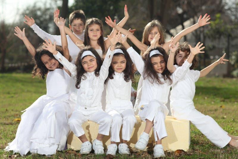 Enfants heureux dans le blanc image libre de droits