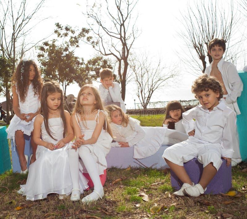 Enfants heureux dans le blanc images stock