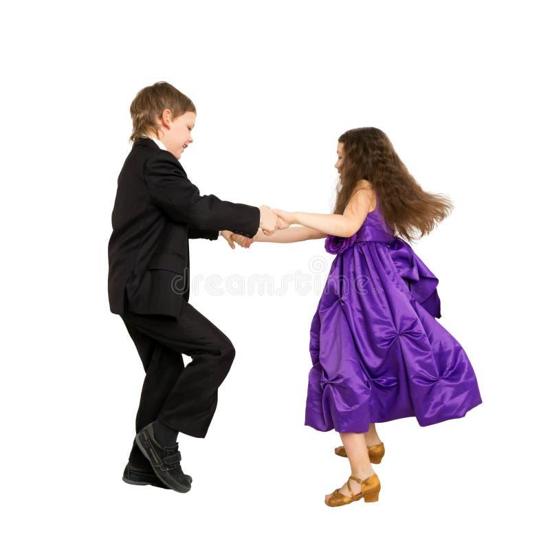 Enfants heureux dansant ensemble D'isolement sur le blanc photographie stock libre de droits