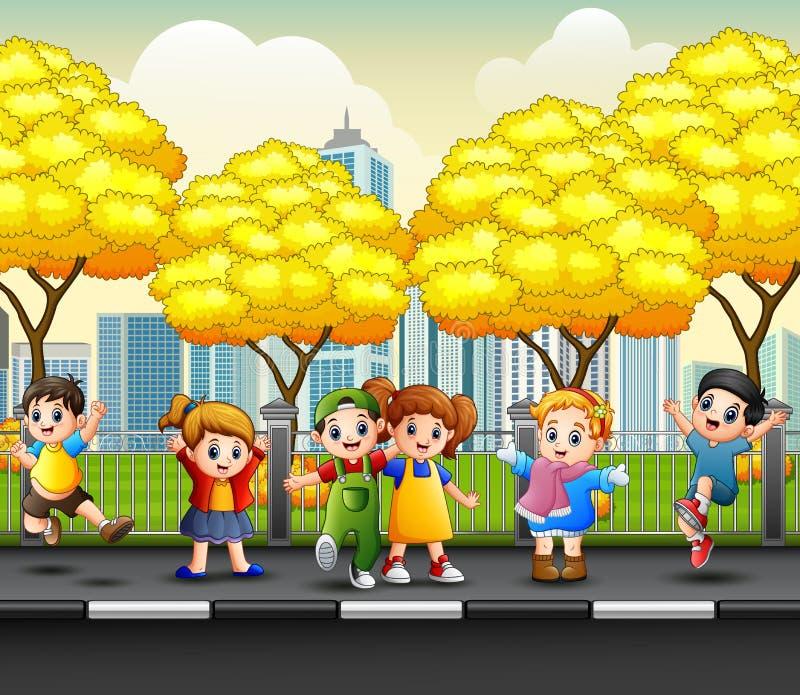 Enfants heureux de bande dessinée sur le trottoir images libres de droits