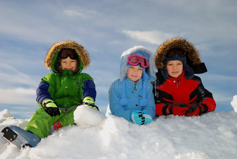 Enfants heureux de l'hiver photo stock