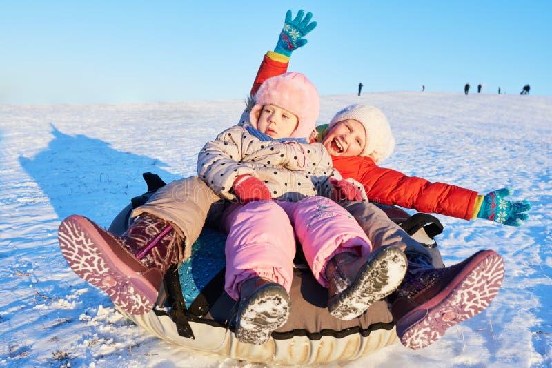 Enfants heureux en hiver photographie stock libre de droits