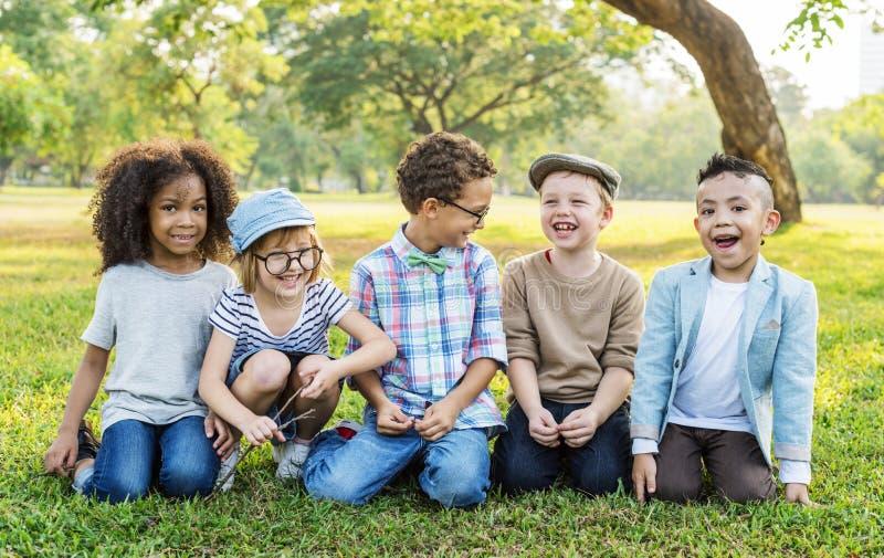 Enfants heureux en parc image stock