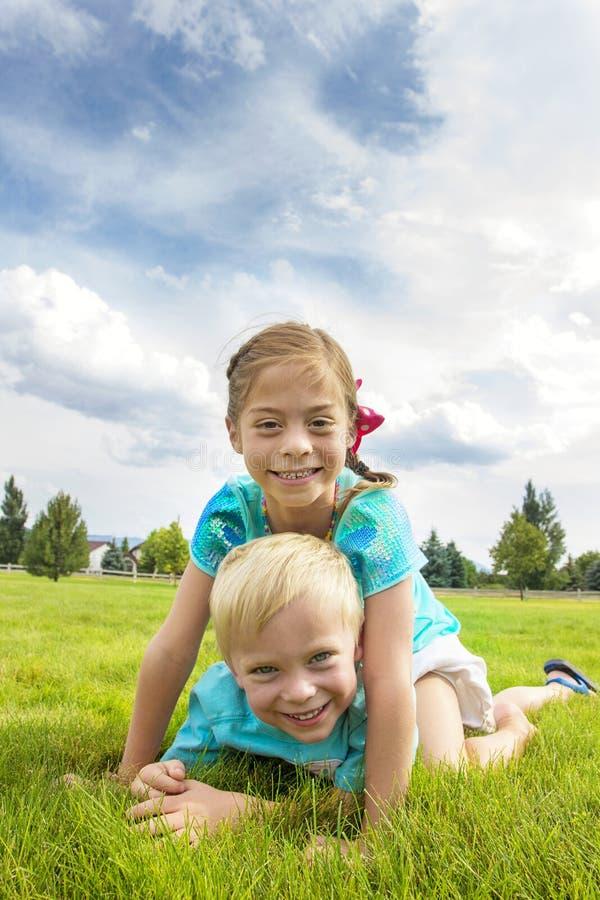 Enfants heureux espiègles photo stock
