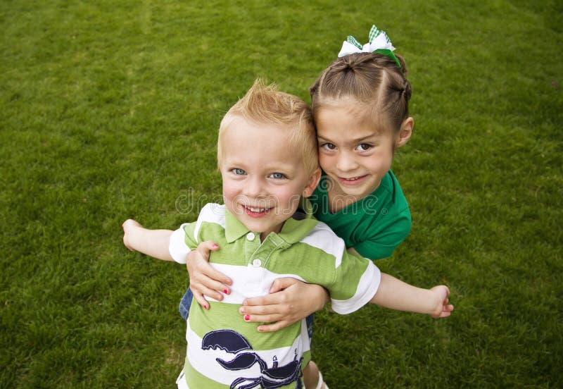 Enfants heureux et espiègles images libres de droits