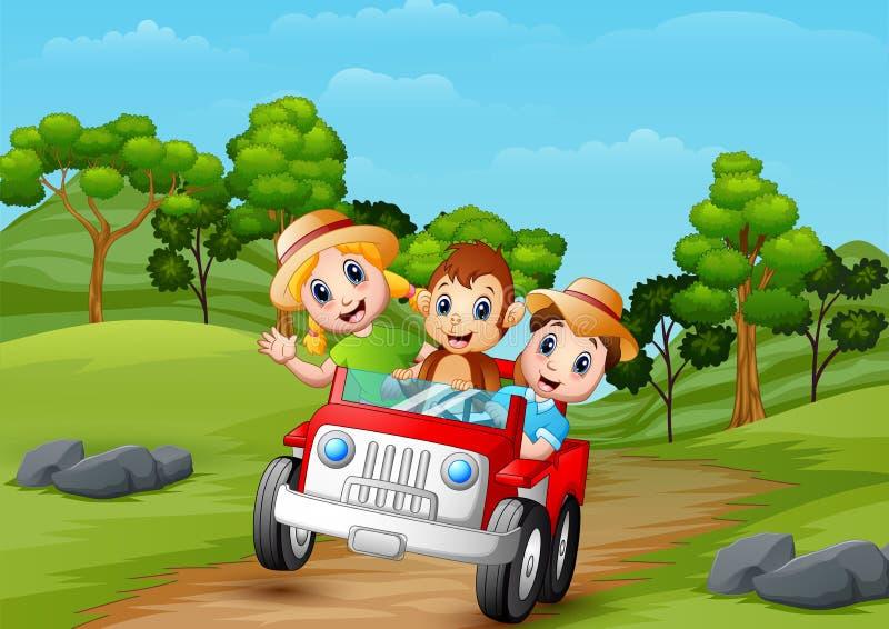 Enfants heureux et singe montant une voiture rouge sur la route à la forêt illustration stock