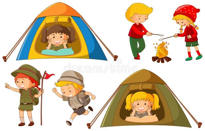 Enfants heureux faisant différentes activités pour camper illustration libre de droits