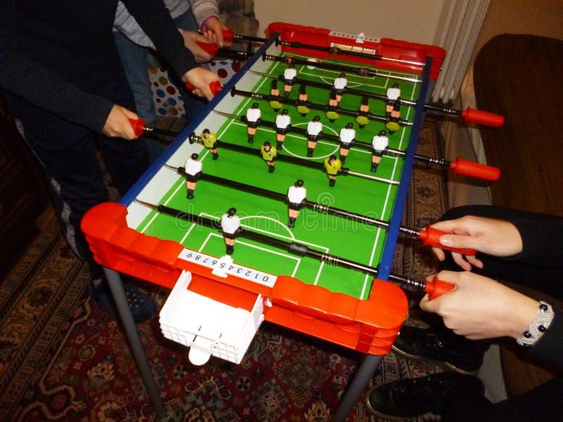 Enfants heureux jouant au football de table à la maison photographie stock libre de droits