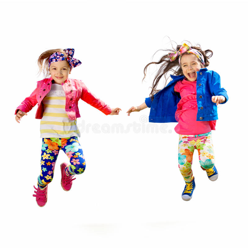 Enfants heureux mignons sautant sur le fond blanc image libre de droits