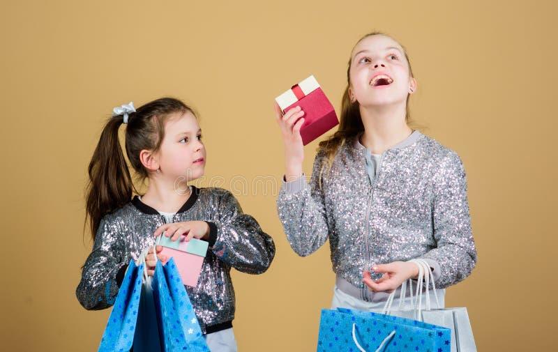 Enfants heureux Peu soeurs de fille avec le bo?te-cadeau fraternit? Achats de vacances mode d'enfant employ? de magasin avec photo stock