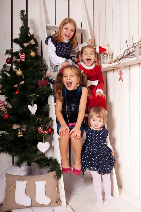 Enfants heureux riant et attendant Santa Claus photos libres de droits