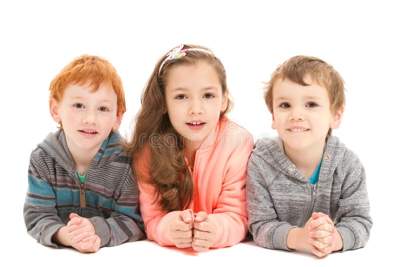 Enfants heureux s'étendant sur le plancher images libres de droits