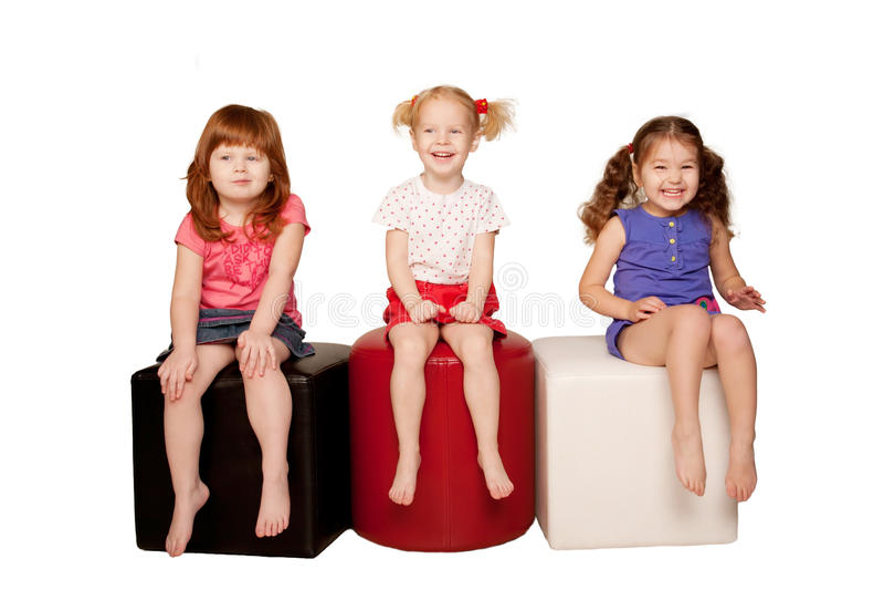 Enfants heureux s'asseyant et riant. photos stock