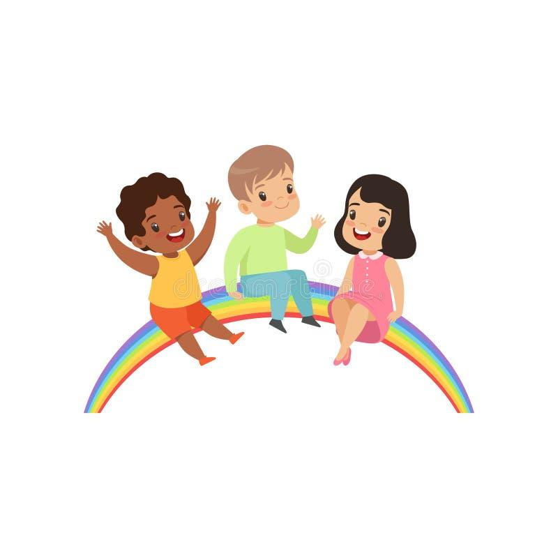 Enfants heureux s'asseyant sur l'arc-en-ciel, petits enfants mignons ayant l'illustration de vecteur d'amusement sur un fond blan illustration stock