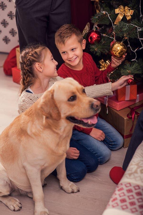 Enfants heureux se préparant à la nouvelle année photographie stock libre de droits