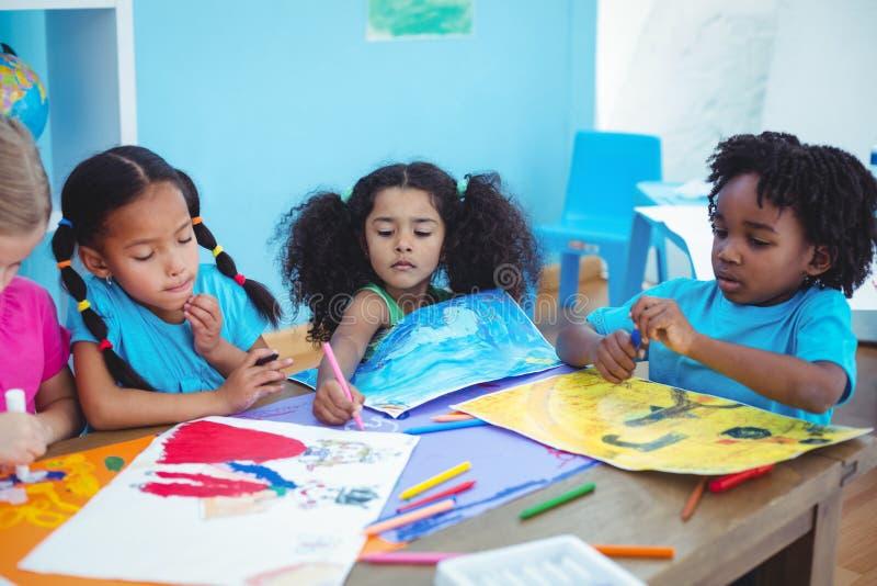 Enfants heureux toutes les photos de dessin images libres de droits