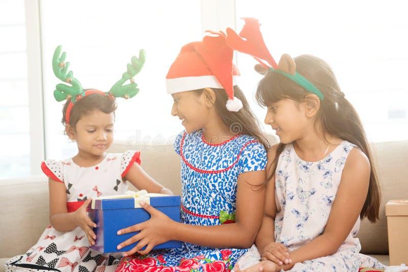 Enfants indiens heureux célébrant Noël images libres de droits