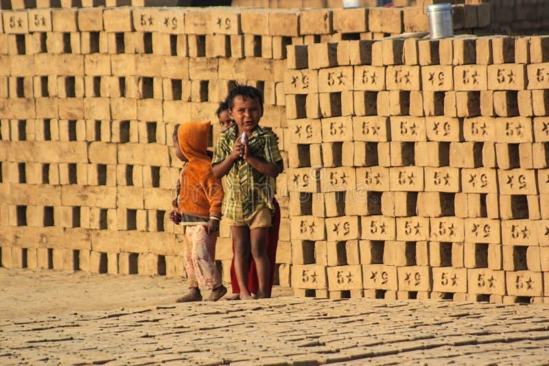 Enfants innocents jouant à la brique faisant le site image stock