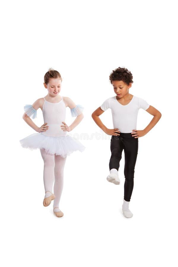 Enfants interraciaux dansant ensemble image libre de droits
