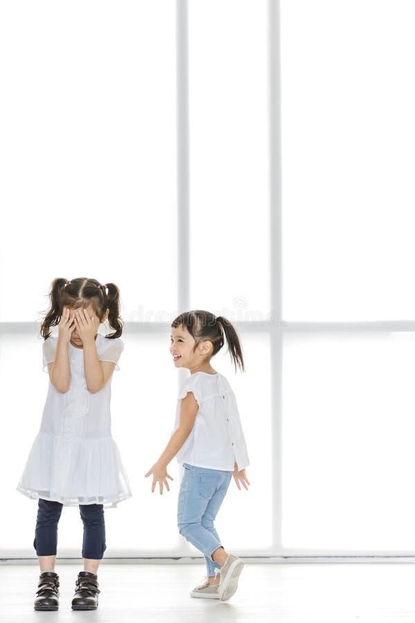 Enfants intimidant à l'ami photographie stock libre de droits