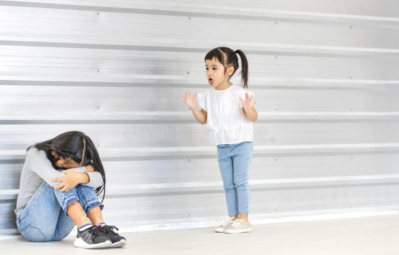 Enfants intimidant à l'ami photographie stock