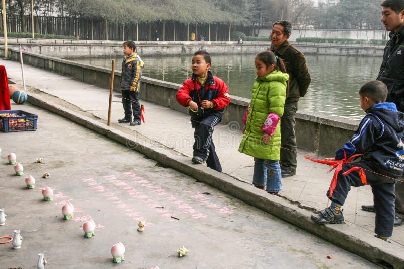 Enfants jetant des anneaux en parc de chengfei, Chengdu, porcelaine image stock