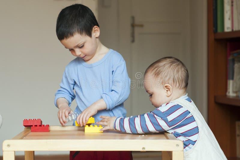 Enfants jouant à la maison photos libres de droits
