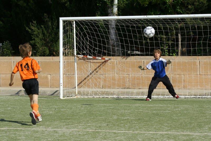 Download Enfants jouant au football image stock. Image du soccer - 743371