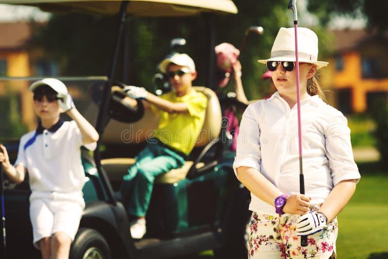 Enfants jouant au golf photo libre de droits