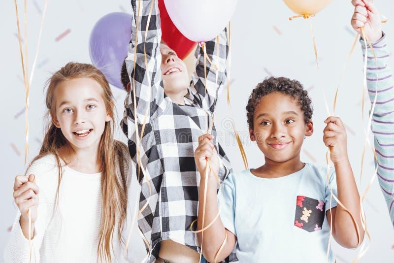 Enfants jouant avec des ballons image libre de droits