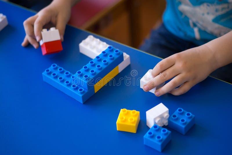 Enfants jouant avec le bloc, concept d'éducation photo stock