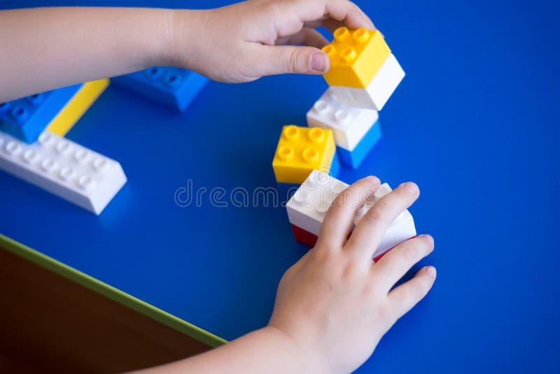 Enfants jouant avec le bloc, concept d'éducation photos stock