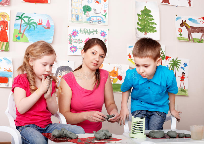 Enfants jouant avec le professeur de l'argile. photographie stock libre de droits