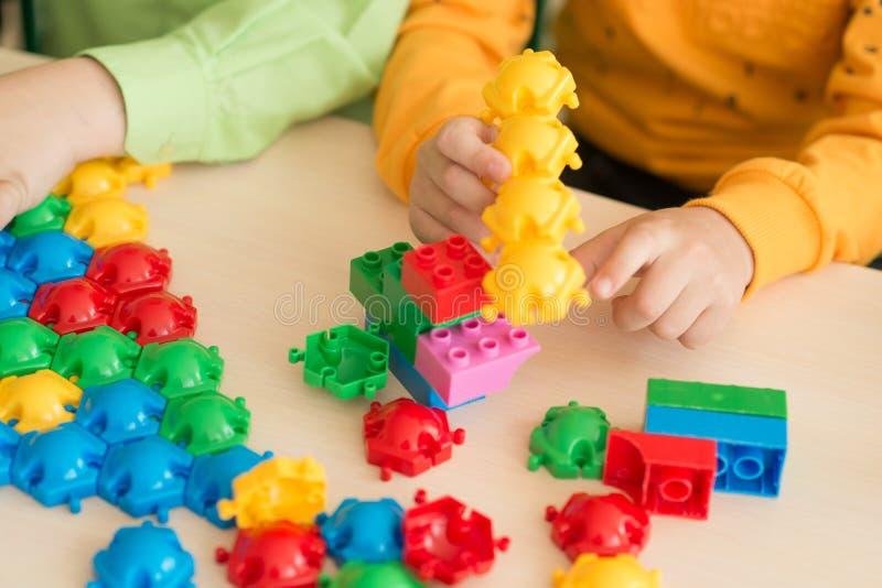 Enfants jouant avec le puzzle, concept d'éducation images libres de droits