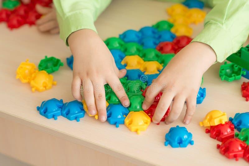 Enfants jouant avec le puzzle, concept d'éducation image stock