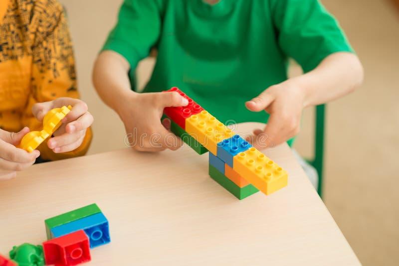 Enfants jouant avec le puzzle, concept d'éducation photos stock