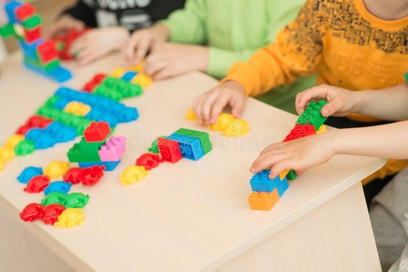 Enfants jouant avec le puzzle, concept d'éducation photo stock
