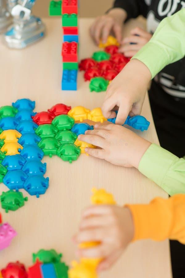 Enfants jouant avec le puzzle, concept d'éducation images stock