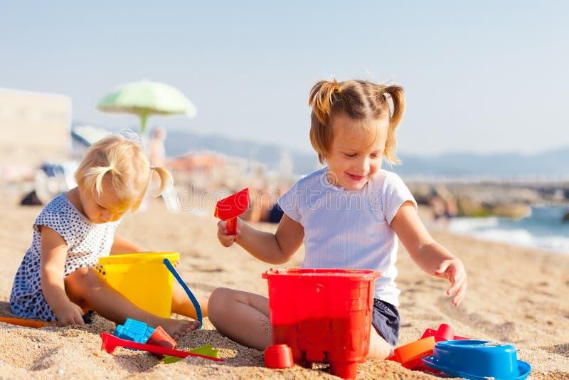 Enfants jouant avec le sable images libres de droits