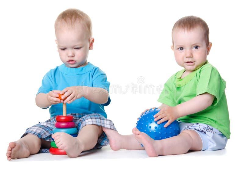 Enfants jouant avec les jouets éducatifs images libres de droits
