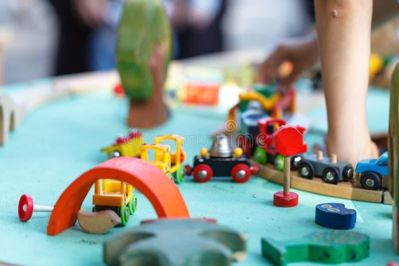 Enfants jouant avec les jouets éducatifs faits maison et de bricolage photos stock