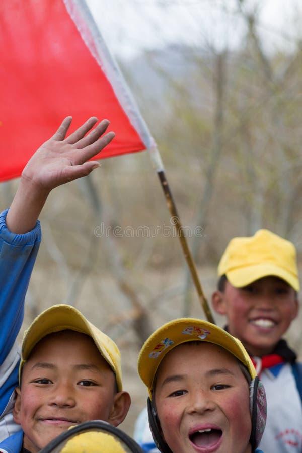 Enfants jouant avec un drapeau chinois rouge photos stock