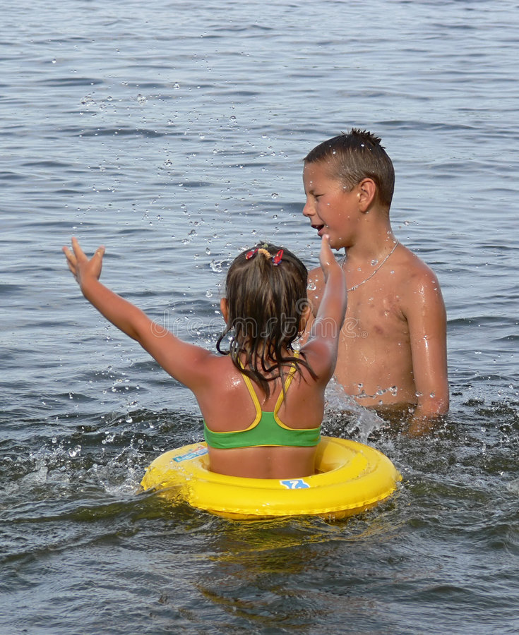 Enfants jouant dans l'eau photos libres de droits