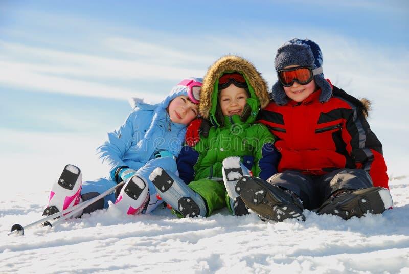Enfants jouant dans la neige photographie stock libre de droits