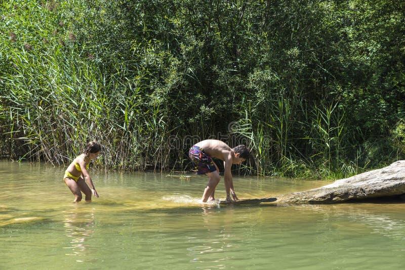Enfants jouant dans un fleuve image stock